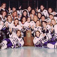 Photo of UNH women's ice hockey team with trophy